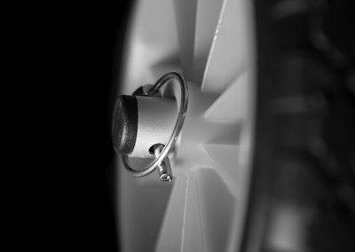 Détail de la fixation des roues sur chariot de transport Nacker Aquadesign