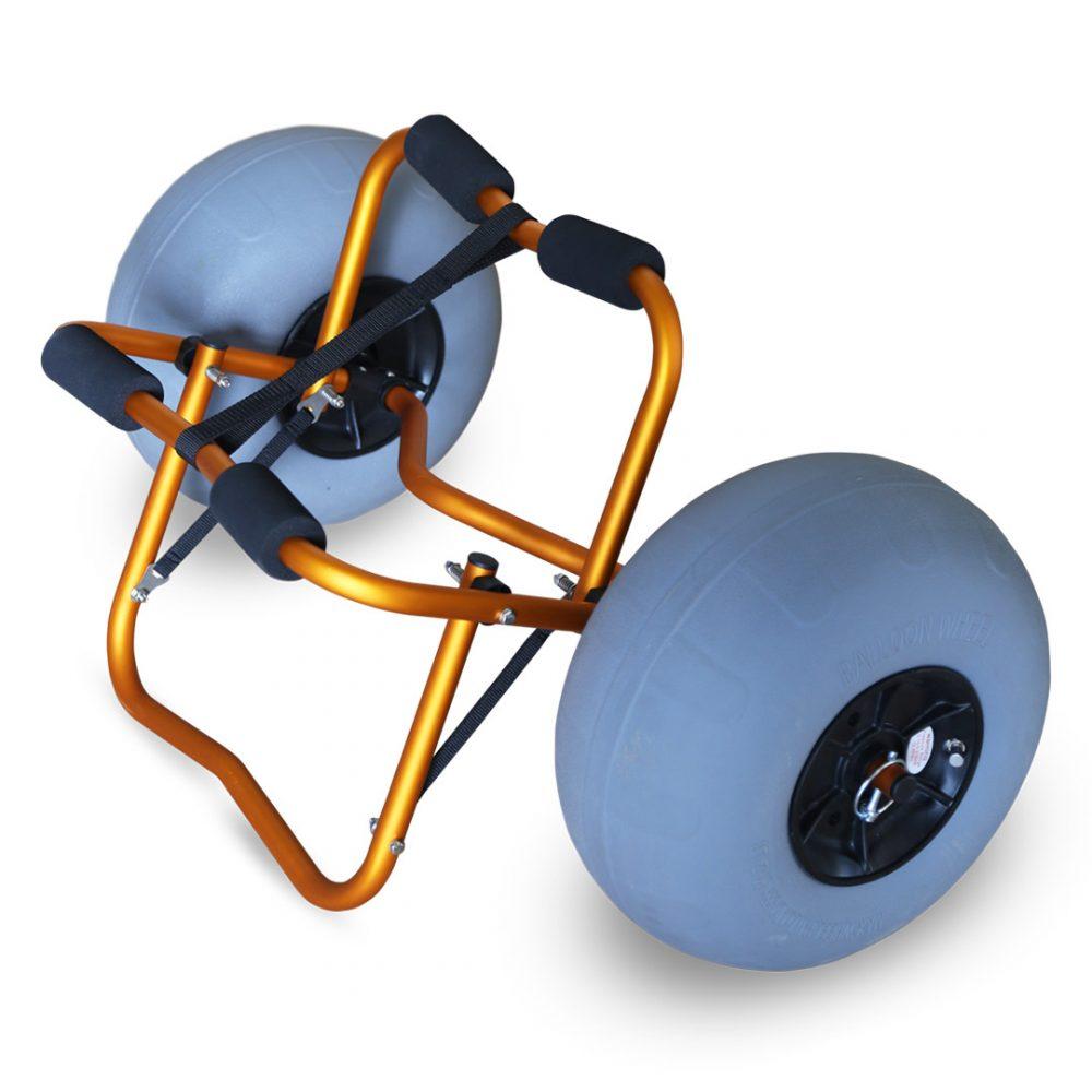 Chariot de transport kayak Aquadesign Balloon avec roues gonflables sable et cailloux. Vue d'angle