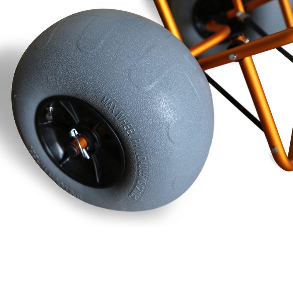 Chariot de transport kayak Aquadesign Balloon avec roues gonflables sable et cailloux. detail roue