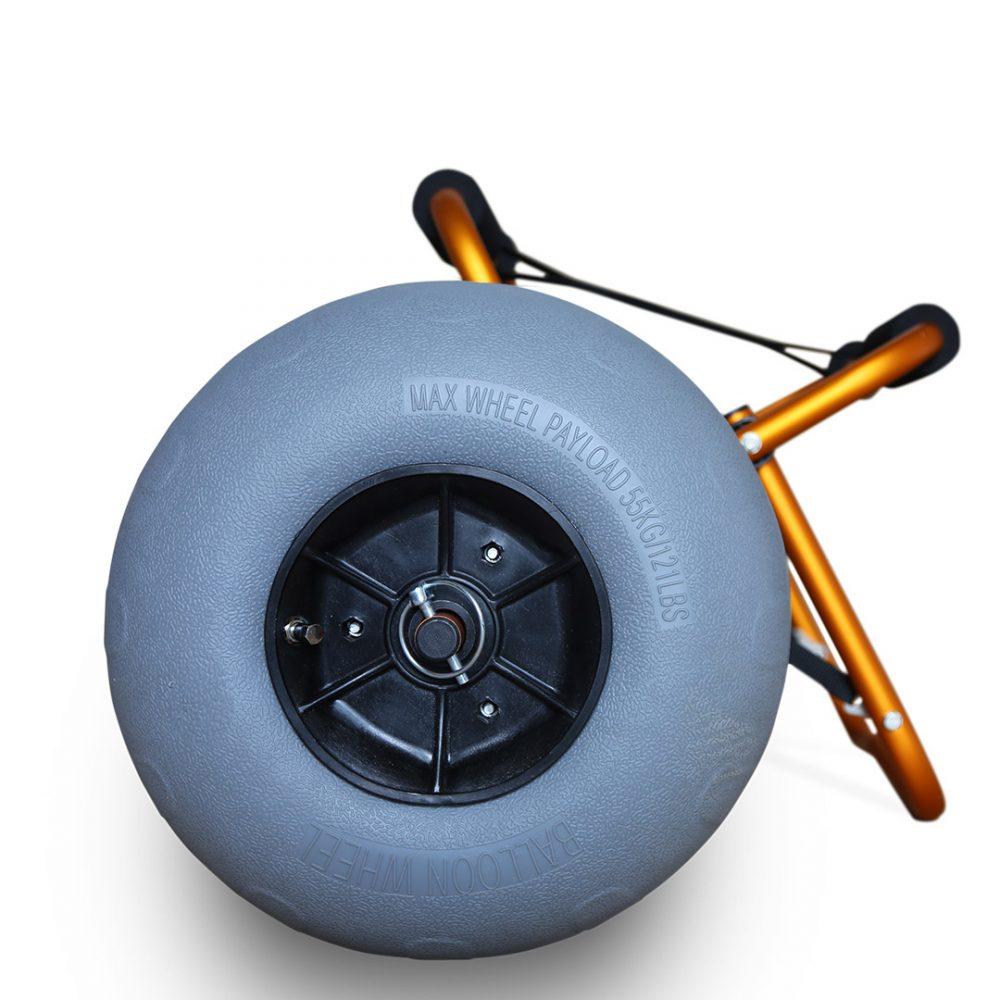 Chariot de transport kayak Aquadesign Balloon avec roues gonflables sable et cailloux. Vue de côté