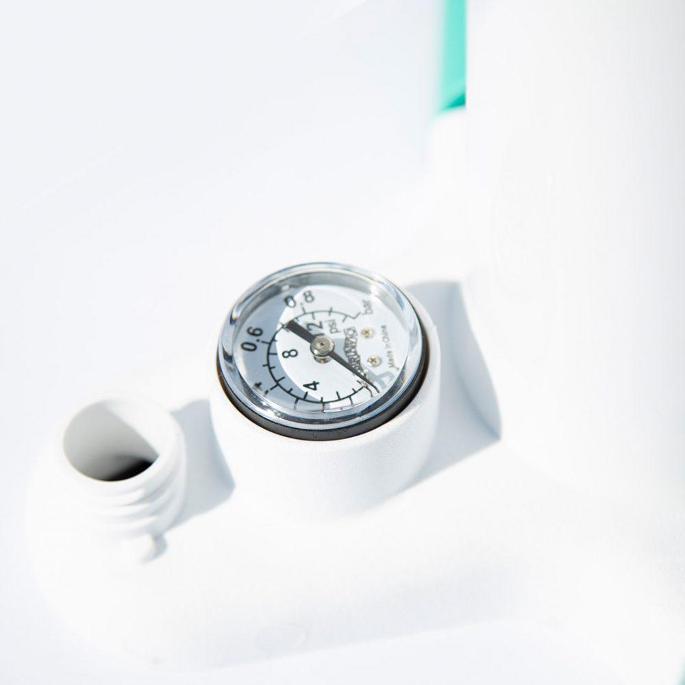 Pompe haute pression D-Wings avec manomètre et pieds rétractables détail manomètre.